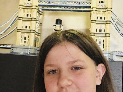 Bonjour je suis Mathilde Leroy j'habite à Nesle mon collège est Jeanne d'arc et voici ma photo avec un casse noisette et mon lego préféré qui un pont connu en Angleterre (a vous de deviner).  Cordialement Mathilde Leroy :)