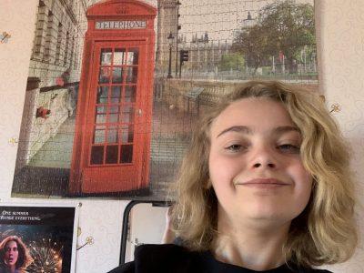 Walincourt-Selvigny College François Villon  Moi dans ma chambre devant mon puzzle d'une cabine téléphonique londonien !