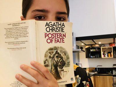 Ella Rosanvallon  Paris College louise michel  Sur cette photo je montre le livre posterne of fate un livre de agatha christie une célèbre romancière anglaise le titre en français est le cheval a bascule