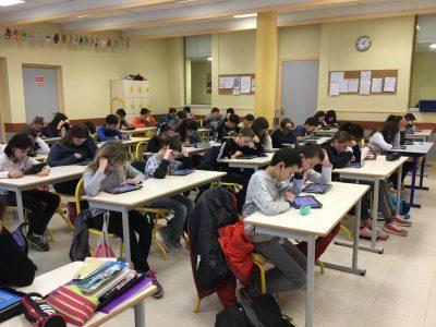 Les 6èmes du collège Les Goélands à St Rambert d'Albon très concentrés dans leur activité.
