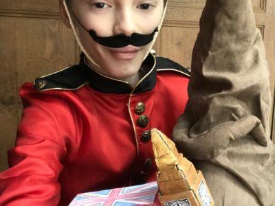 St Maurice, collège Edmond Nocard  Un soldat de la garde royale passionné par Harry Potter voyageant dans Londres à bord du «double-Decker bus» jusqu'à Big Ben !!! I love it