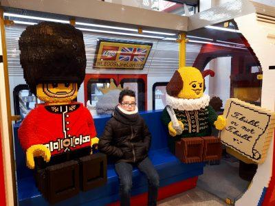 Romain Pierard  Collège la Providence POITIERS  Selfie dans le métro londonien en lego et entre Shakespeare et un garde également en lego.