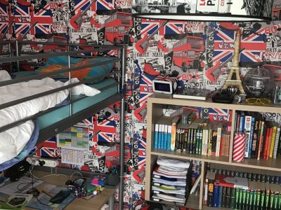 Douai, Collège de La Sainte Union.  Voici une photo de ma chambre avec : Mon papier peint, ma chauffeuse, ma lampe et mon radio réveil. J'adore l'Angleterre et je tenais à l'exprimer dans cette photo.