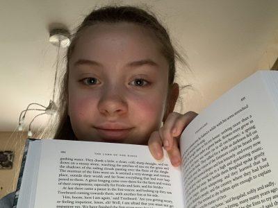 C'est une photo d'un livre qui s'appelle le seigneur des anneaux. Écrit en anglais par J.R.R. Tolkien et illustrer par Alan Lee.  Saint-Jean de la ruelle, collège André Malraux
