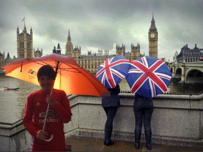 La villes est Londres je suis devant le big band, il pleut et j'ai un parapluie qui m'abrite. Le nom de mon college est St Charles.
