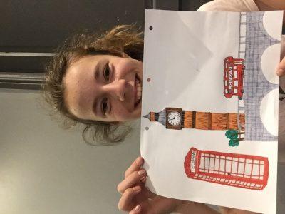 Voici un dessin des éléments les plus connus de l'Angleterre : les cabines téléphoniques, Big Ben et les bus 2 étages Eloïse LOPEZ  Collège Sabine Zlatin Belley