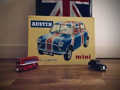 Paris Saint Germain de Charonne   Cette photo représente l'Angleterre pour moi car les petites voiture sont un bus et un taxi londonien, le drapeau sur la mini est celui de l'Angleterre comme celui au-dessus du tableau.