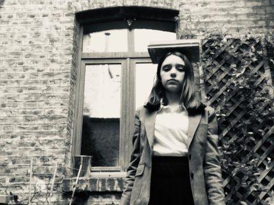 J'habite à Paris et je suis au collège Charles Peguy. Sur ma photo je me suis habillé en anglaise et j'ai pris deux livres. Je me suis mise devant des biques car les maisons en Angleterre sont presque toutes en briques.  Bonne journée