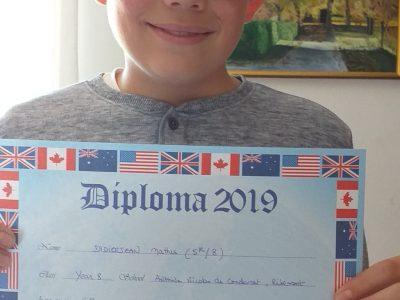 A Ribemont dans l'Aisne 02240 collège Antoine Nicolas de Condorcet . Je suis en 4eme . J'envoi une photo de moi tenant mon diplôme de 2019 the BIG Challenge que j'était arrivé 5eme sur 8 de ma classe . Et je suis fier de participer au concours the BIG Challenge cette année malgré le confinement .