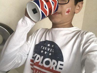 Hello,  J'habite à Sainte Savine et je suis élève au collège  Paul Langevin  Moi en train de boire une bonne tasse de thé...