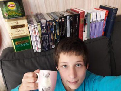 Sancergues collège Roger Martin du Gard. Moi entrain de boire un thé earl grey dans la tasse de Dolorès Ombrage, devant mon étagère de DVD d'Harry Potter