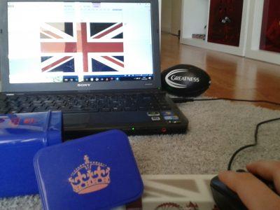 """TOULOUSE COLLÈGE SAINT JOSEPH LASALLE J'ai fais cette photo en montrant un tapis de souris anglais, une boite """"KEEP CALM AND CARRY ON"""" et un drapeau anglais sur mon ordinateur."""