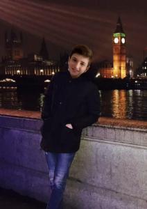 J'habite à Barentin (76 360) collège André Marie.  Voici une jolie photo où vous pourrez apercevoir le palais de Westminster ainsi que le Big Ben, l'horloge la plus célèbre de Londres. Quant à moi, je suis au premier plan et j'essaie d'attirer votre attention malgré les illuminations en arrière plan.