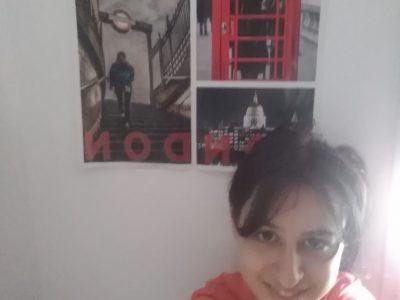 Bonjour J'habite à Lamballe dans les Côtes d'Armor.  Le nom de mon Collège est Simone Veil. Derrière moi ce trouve un poster que j'ai gagné en 6ème l'année dernière au Big Challenge 2019, c'est l'une des raisons pour laquelle je l'ai choisi. Une autre raison c'est qu'il représente une ville du Royaume-Uni (Londre). En espérant que vous apprécierez.  Cordialement Axelle RAS 5C