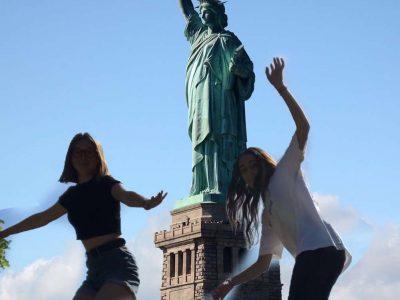 collège Georges Pompidou à orgerus . Photo prise à New York pendant qu'on était  en train de skater. Ludivine et Erina.
