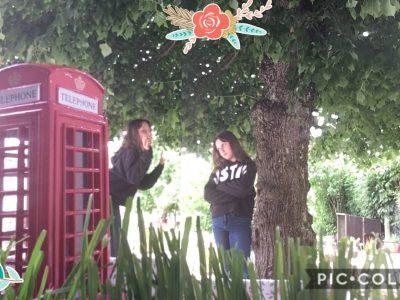Je m'appelle Chloé et mon collège est Saint Charles à Oréans. Cette image représente les cabines téléphoniques de Londres. Il y a une personne qui attend dehors  et une autre dans le cabine.