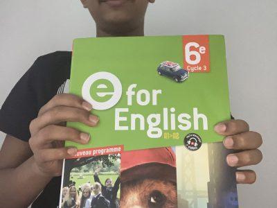 Salut je m'appelle Sajid. J'habite à Saint-Denis et mon collège s'appelle Collège Pierre de Geyter. Me voici avec mon photo et la photo de mon manuel d'anglais.