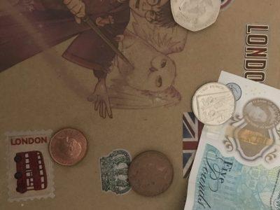 """Douai, Collège de la Sainte Union.  La photo présente me rappelle certains souvenirs de mon voyage à Londres. L'enveloppe que vous voyez était mon cadeau de Noël. Dans l'enveloppe il y avait des """"places"""" pour aller au studio Harry Potter. C'était extraordinaire, sachant que je suis une grande fan. Il y a aussi des pièces et un billets de 5£. Les billets sont tellement beau. Merci beaucoup et Goodbye"""