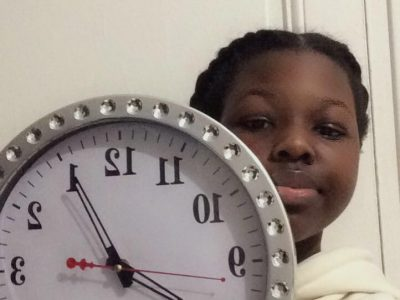 Ville:Paris  Collège:W.A Mozart Bonjour à tous et à toutes ,je m'appelle Jeanne et je participe pour gagner cet appareil photo qui ne tente rien n'as rien :) Comme vous le voyez sur l'image j'ai pris une horloge.Si je vous le dirait directement se serais trop simple  alors je vous propose une petite devinette :) Je suis une horloge et j'ai pour surnom la grande cloche  mon nom a été nommé en 2012