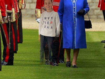 Pontoise, Collège Notre Dame De La Compassion.  Raphaël LM, promenade avec mon amie la reine Elisabeth II, hier après midi.