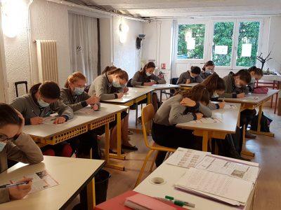 VERSAILLES SAINT JOSEPH DES LYS Classe de 4e Filles en pleine concentration!