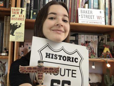 Collège Saint Augustin, Angers. Selfie pris devant ma bibliothèque consacrée au monde anglophone, avec des objets rapportés des Etats-Unis et de Londres. J'aime cette ambiance de voyages et de découvertes.