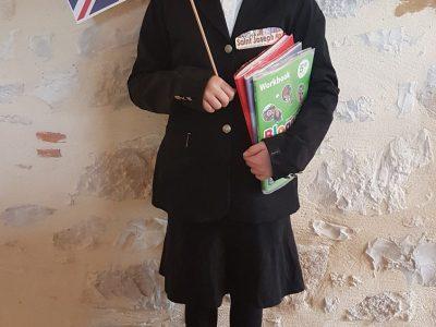 Bonjour, Je m'appelle Enora Brevet et je suis au collège St Joseph à Nay dans le 64. J'ai mis un uniforme pour essayer de ressembler à une collégienne Anglaise.