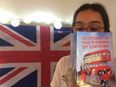 """Périgueux, Collège Michel De Montaigne, Ellinor Beauvieux en direct de Londres(ou plutôt de sa chambre transformé en Londres!) qui lit """"Mystery of the tower of London""""."""