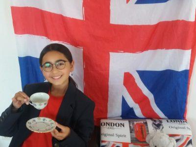Julie élève au collège Canteperdrix 06130 GRASSE  VIVE LE TEA TIME !!! Avec mon ourson en peluche ... : )