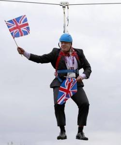 Bonjour,  Je m'appelle Arthur Bonneville et je viens d'Île-de-France, plus précisément du collège du haut-mesnil à Montrouge dans les Hauts de Seine.   Cette photographie est plutôt vieille car elle date de 2012 lors des JO de Londres. Boris Johnson fit à l'occasion un passage en tyrolienne (il était maire de Londres au moment des JO) sauf qu'il ne se passa pas comme prévu: Mr. Johnson se retrouva coincé sur la tyrolienne.   J'ai choisi cette image car elle montre un ancien statut de l'actuel premier ministre anglais. Elle montre aussi la faculté de cet homme pour s'attirer tout les objectifs sur lui. Pour finir, cette photo nous fait bien rire.
