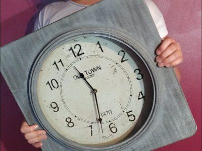Montmirail / collège Sainte Jeanne d'Arc  Photo avec une magnifique horloge londonienne. Bonne après-midi. Candice Curfs