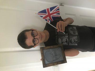 Ville : Saint Symphorien d'Ozon Collège Jacques Prévert Clément, 5eme3 avec le drapeau du Royaume Uni et le portrait de Harry Potter, après le Big Challenge