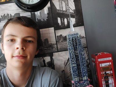 """Photo du Big Challenge 2020 avec l'Empire State Building éclairé, le papier peint New York et la boîte de gâteaux du magasin """"Harrods"""" de Londres."""
