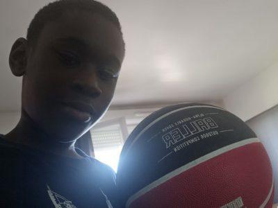 Achère ville et Jeant -lurçat    j'ai choisie cette photo parce-que  mon ballon vient d'Angleterre dans une boutique de ballon  baskets quant ma tata est revenue d'Angleterre