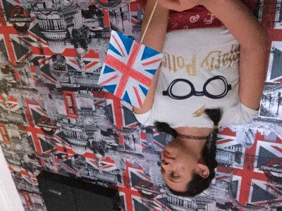 POITIERS collège Pierre de Ronsard . Ma photo représente moi avec un drapeau anglais des tresses est un drapeau sur ma joue , il y a aussi le font en Londres