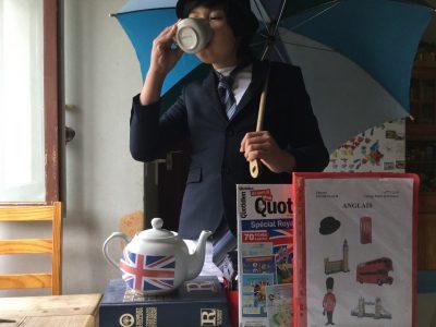 Je suis dans le collège Pierre de Ronsard à Poitiers, sur cette photo, les éléments évoquant l'Angleterre sont le dictionnaire franco-anglais, la théière, le magazine spécial Royaume-Uni, mon cahier d'anglais, les vêtements chics, le magnet de l'Angleterre, le parapluie.