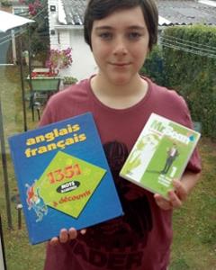 Bonjour!  J'habite à Lomme et mon collège s'appelle le Collège Jean Zay. Voici une photo de moi avec mes objets de rapports Anglais préférés! ^^  Bonne Journée à vous!  Cordialement   Florian Desquin