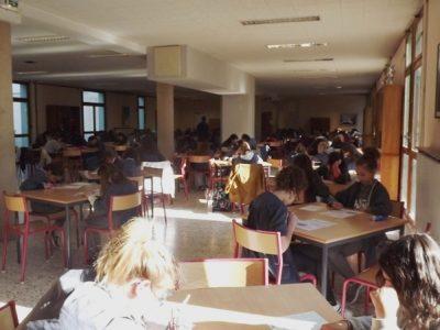Collège Immaculée Conception à Carpentras (84200) -Les élèves de 6émes et 4èmes concentrées sur leurs questionnaires!