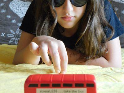 """SAINT DONAT SUR HERBASSE COLLEGE PENDILLON  """"Vu que je ne peux pas aller en Angleterre je mets des lunettes de soleil et prends mon bus déstressant et je m'y imagine !"""""""
