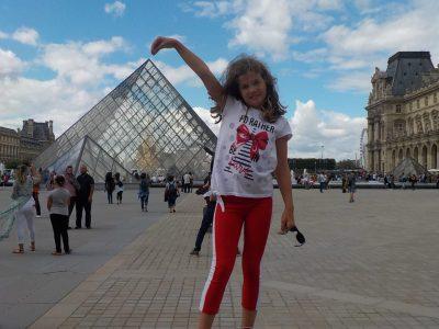 Héricourt, collège Pierre et Marie Curie   sortie au grand air à coté d'une géante pyramide .