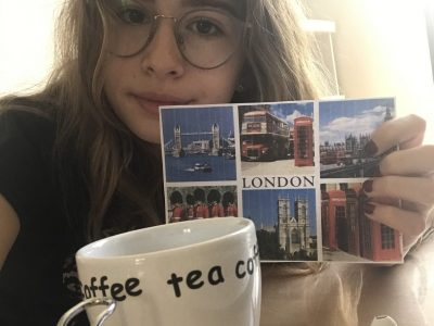 Carrières-Sur-Seine  Collège les amandiers Sur ma photo j'ai pris une carte postale qui vient de Londres et une tasse de thé.