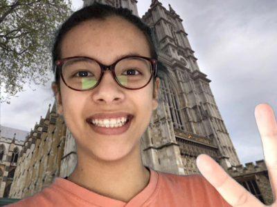 L'ISLE D'ABEAU au COLLEGE ROBERT DOISNEAU.  Me voici Eléonore Deladoeuille, devant le Westminster Abbey. J'ai fait cette photo (photomontage) pour me rappeler que j'aurais du aller en Angleterre cette année. Cela me permettra d'y repenser plus tard. J'espère pouvoir aller en Angleterre un jour.  Merci de prendre en compte cette image.  Bonne journée à vous ! Cordialement Eléonore Deladoeuille.