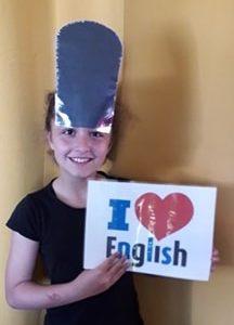 Bonjour je suis au collège St Exupéry à Eguzon chamtome je n'avais pas fait beaucoup d'anglais en primaire ma maitresse n'aimais pas Depuis septembre je découvre cette langue et j'aime vraiment beaucoup !!! j'ai de la famille anglaise et j'aimerais allez les voirs un jour Elia Roussel