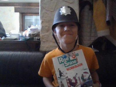 Béziers collège Pic LASALLE. Casque policier Anglais avec mon livre d'Anglais.