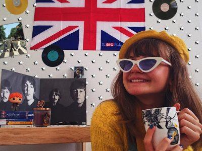 Bordeaux, Sainte Marie Grand Lebrun. J'ai créé un décor qui regroupe mes références britanniques favorites. On peut par exemple appercevoir des objets faisant référence à Harry Potter, une oeuvre littéraire et cinématographique que j'adore et qui a bercé mon enfance. On peut également appercevoir pochette de disque du groupe britanique le plus célèbre de tous; les Beatles, qui est mon groupe favori. Pour le reste je vous laisse chercher d'autres références pour la surprise!!