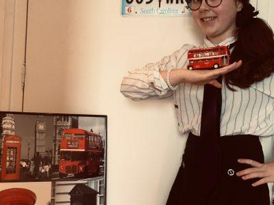 Melun Institution Sainte Jeanne D'Arc. j'ai mis un uniforme anglais avec un décor représentant la ville de Londres et les plaques d'immatriculation de caroline du sud (j'ai fait un mélange entre l'Angleterre et les Etats Unis).