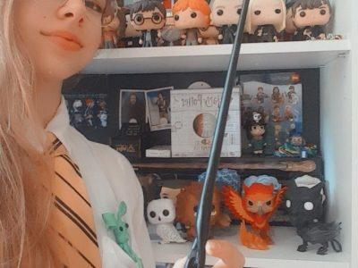 Collège La Rochefoucauld, Liancourt. Élève Hénon Liza en classe de 3°5.  La toute première chose qui m'a parlé pour le sujet de l'anglais c'est évidemment le monde magique et fantastique de Harry Potter, étant une très grande fan, j'ai donc décidé de me prendre en photo avec une partie de ma collection.