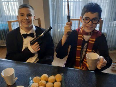 VILLE: AUREC-SUR-LOIRE. COLLEGE: COLLEGE DES GORGES DE LA LOIRE. Dégustation de scones avec de la marmelade entre James Bond et Harry Potter à l'heure du thé.