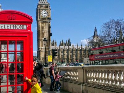 Voisenon college Nazareth La Salle.  Je suis à Londres, je viens de finir de manger un fish and ships avec ma mère eten sortant j'aperçois Big Ben au loin et je demande à ma mère si nous pouvons y aller, elle me dit que oui et aprèsnous avons fait une photo qui est celle que je vous ai envoyée.Vous pouvez m'apercevoir devant la cabine téléphonique en jaune vous pouvez aussi apercevoir un double decker bus et derrière moi il y a Big Ben