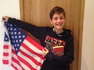 villard de lans collège lycée jean prevost  voici ma photo avec le drapeau des USA et le livre de harry potter en englais.